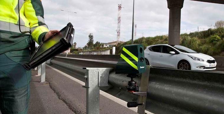 La Guardia Civil detecta al conductor de un turismo superando ampliamente los límites de velocidad cuando circulaba casi a 200 km/h.