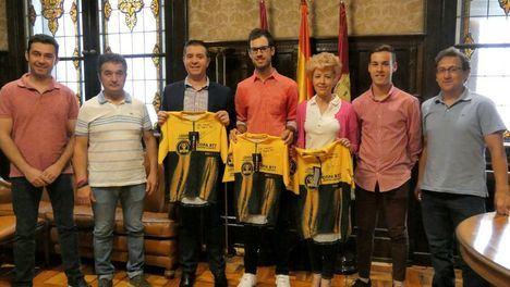 Santiago Cabañero recibe a Héctor Carretero, orgullo de presente y futuro en el Ciclismo para la provincia de Albacete