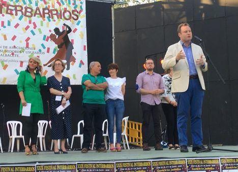 El Alcalde de Albacete visita el Festival Interbarrios y traslada a los vecinos su