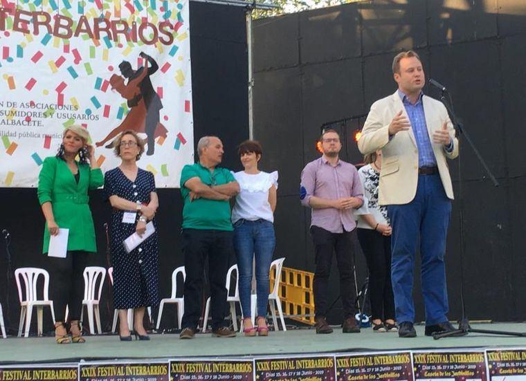 El Alcalde de Albacete visita el Festival Interbarrios y traslada a los vecinos su 'compromiso total'