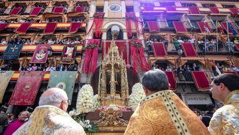 Un Toledo muy engalanado vive su día grande del Corpus Christi con miles de personas en la calle