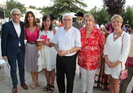 Gloria Reales, Joaqui Alarcón y Llanos Navarro acompañan a los vecinos de Sepulcro-Bolera durante el pregón de apertura de las fiestas del barrio