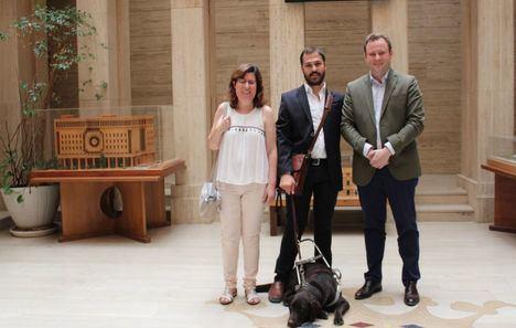 Vicente Casañ mantiene un encuentro con el director provincial de la ONCE, Javier Álvaro