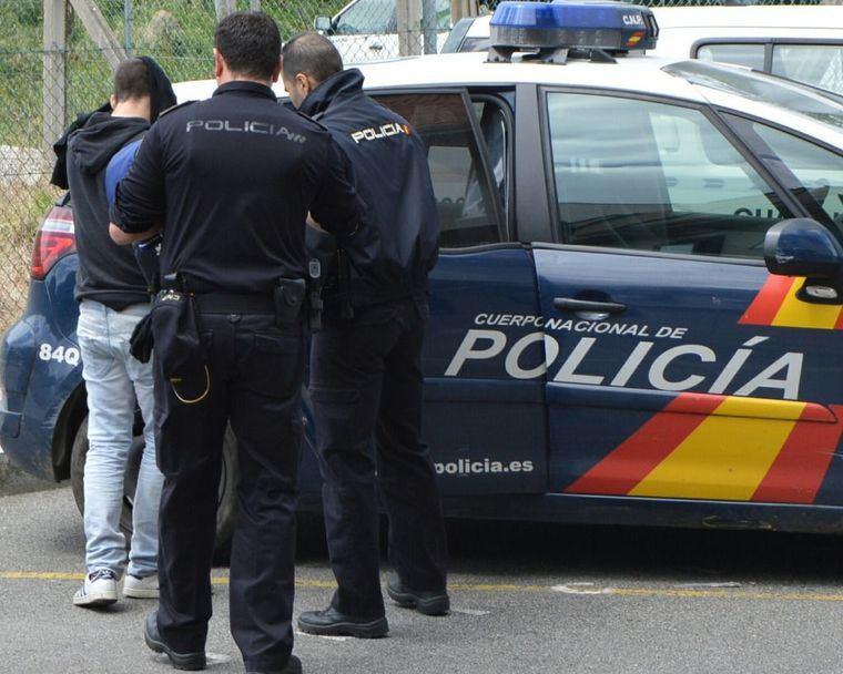La Policía Nacional detiene in fraganti a un varón que se disponía a fracturar un escaparate con un adoquín