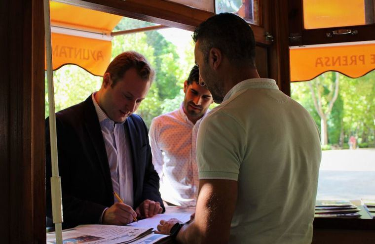 El alcalde de Albacete, Vicente Casañ; y el concejal de Educación, José González, visitaron el kiosco de verano en el Parque de Abelardo Sánchez