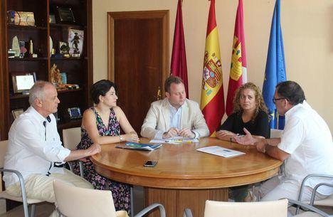 Las familias numerosas trasladan una batería de medidas en favor de su colectivo al alcalde de Albacete