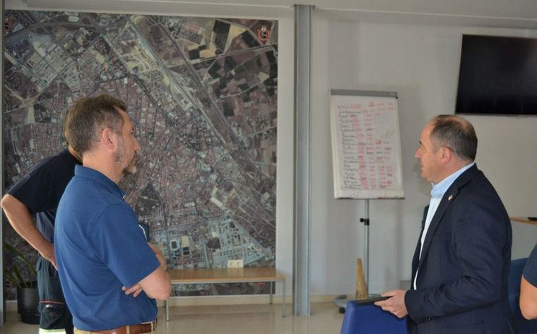 El vicealcalde de Albacete y concejal de Seguridad, Emilio Sáez, visita las instalaciones del Parque municipal de Bomberos