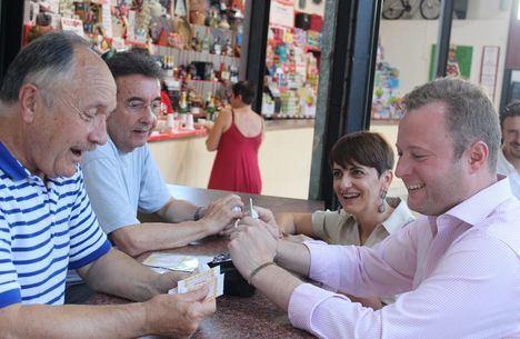 El alcalde y la concejala de Barrios participan en la apertura de la tradicional Tómbola de Cáritas