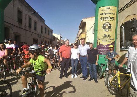 El alcalde de Albacete y la concejala de Barrios acompañan a los participantes de la XIII edición de la marcha cicloturista de Los Anguijes