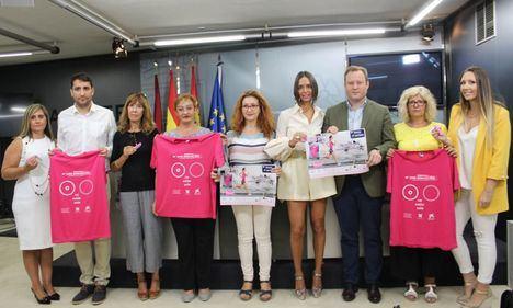 El alcalde de Albacete respalda la presentación de una navaja solidaria a beneficio de AMAC diseñada por el cuchillero Miguel Nieto