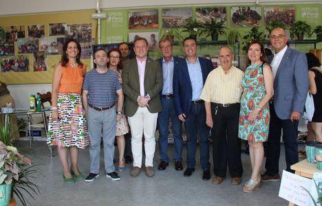 El alcalde, Vicente Casañ, saluda a distintas entidades sociosanitarias presentes en el Recinto Ferial