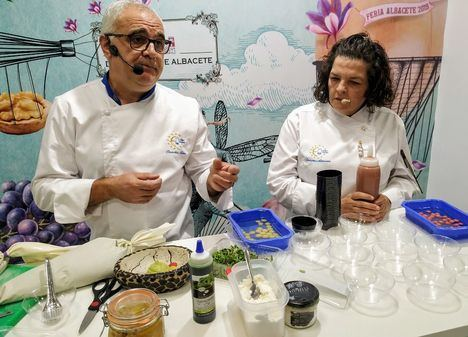 El showcooking de Diputación despierta en el paladar del público nuevos sabores gracias a una vanguardista ensalada de perdiz