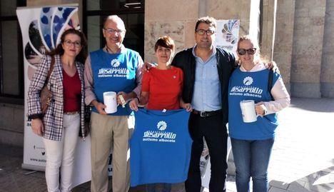 Mesa informativa instalada por la Asociación Desarrollo en la puerta del Ayuntamiento de Albacete