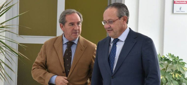 Ángel Nicolás y Juan Alfonso Ruiz Molina en la Consejería de Hacienda. Foto: JCCM