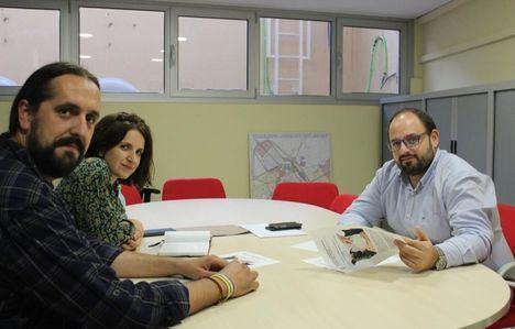 El concejal de Sostenibilidad, Julián Ramón, se ha reunido con Dejando Huella para conocer sus propuestas de cara a la mejora del bienestar animal