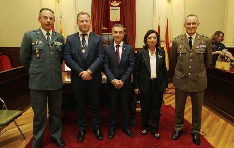 La ciudad de Albacete rinde homenaje al general músico Grau Vegara, a la Subdelegación de Defensa y a la Guardia Civil