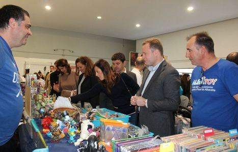 El alcalde de Albacete invita a viajar a la infancia visitando la 5º edición de Albatoy que acoge la Casa de la Cultura