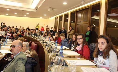 Los 18 concejales infantiles hacen saber a la corporación sus propuestas para mejorar la ciudad en el IX Pleno de la Infancia