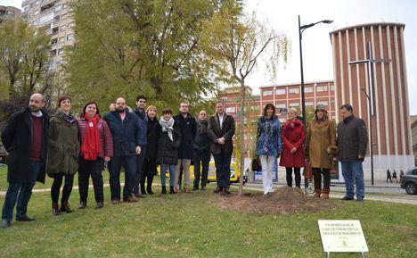 El Ayuntamiento de Albacete planta un sauce como homenaje a las mujeres víctimas de la violencia de género