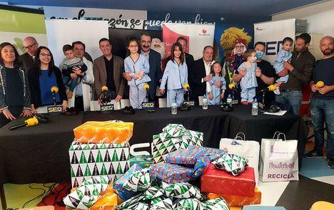 Santiago Cabañero asiste a la 'fiesta' de SER Niños Jugando, en la 6ª planta del Hospital de Albacete