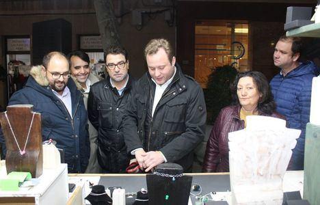 El alcalde celebra el gran ambiente navideño en su visita al mercado del Altozano y a la Muestra de Artesanía