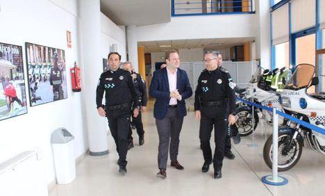 El alcalde de Albacete, Vicente Casañ, visita las dependencias de la Policía Local de Albacete