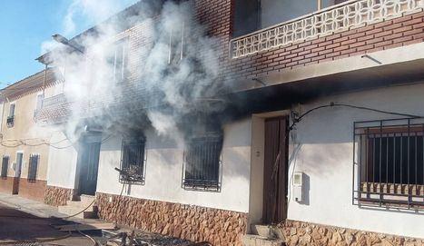 Efectivos del SEPEI sofocan el incendio de una vivienda en Barrax