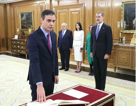 Sánchez y el Rey bromean tras la ceremonia de promesa: 'Ocho meses para 10 segundos'