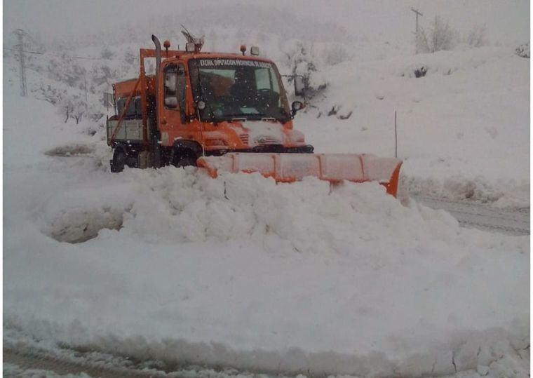 El operativo de emergencia de la Diputación continúa trabajando a pleno rendimiento para atajar los efectos de la nieve en las carreteras de la provincia