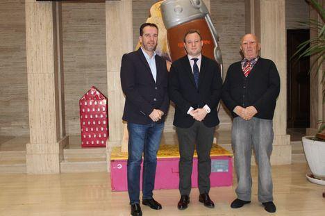 El alcalde recoge la petición de la afición taurina de homenajear a Constantino González y Luis Natalio Cuesta