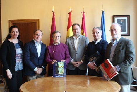 El alcalde valora la proyección que otorga a la ciudad la actividad de la Asociación Cultural Albacete en Madrid