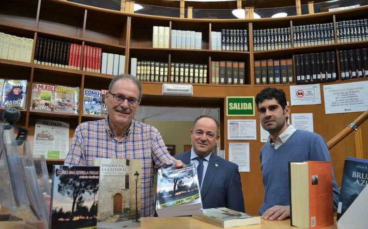Antonio Martínez entrega dos ejemplares de sus novelas 'Como una estrella fugaz' y 'Enigma en la catedral' a los fondos de la Red Municipal de Bibliotecas