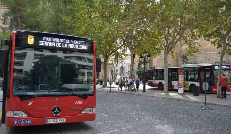 El acceso a los autobuses urbanos se realizará por la puerta trasera, sin necesidad de validar el billete
