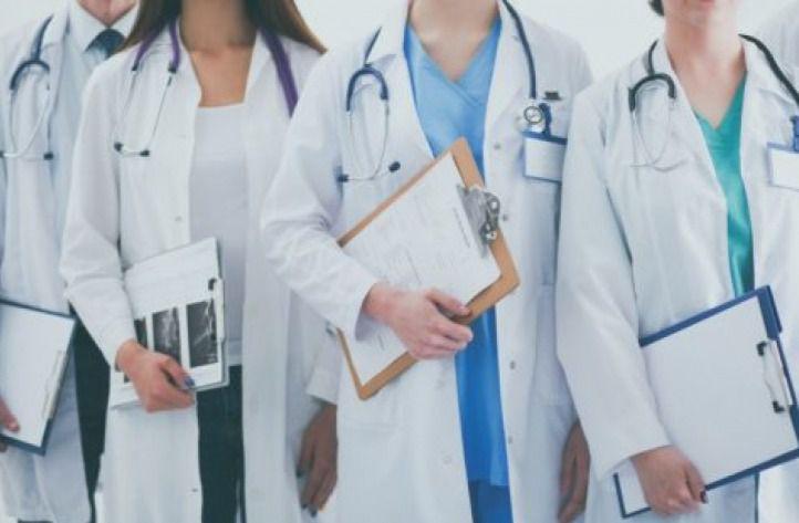 Castilla-La Mancha ya puede contratar médicos jubilados, graduados sin especialidad y estudiantes de último curso