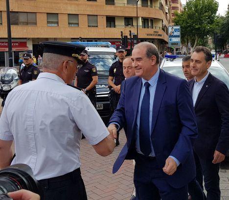 (Foto. Francisco Pardo, saludando a los mandos policiales en Albacete, en presencia del Delegado del Gobierno, Francisco Tierraseca)