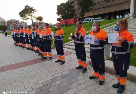 Emotivo homenaje de los trabajadores del servicio de limpieza a las puertas del Hospital de Albacete