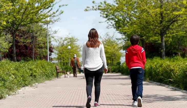 Los niños salen a la calle tras 42 días de confinamiento: 'Estaban muy ilusionados, han salido como locos'