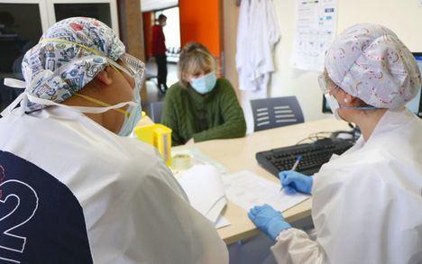 El número de personas hospitalizadas por COVID-19 en Castilla-La Mancha, se sitúa a niveles del 20 de marzo con una reducción de 200 personas en la última semana