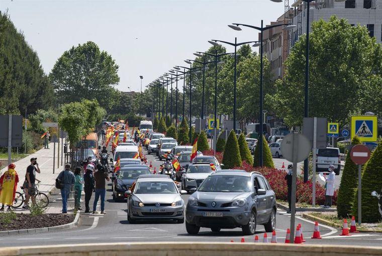 Centenares de coches arropados con banderas de España acuden a la llamada de Vox en 6 ciudades de Castilla-La Mancha