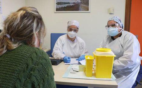Los hospitalizados por COVID descienden en 12 personas. El número de pacientes críticos con respirador desciende a 36 y se confirman 54 nuevos casos