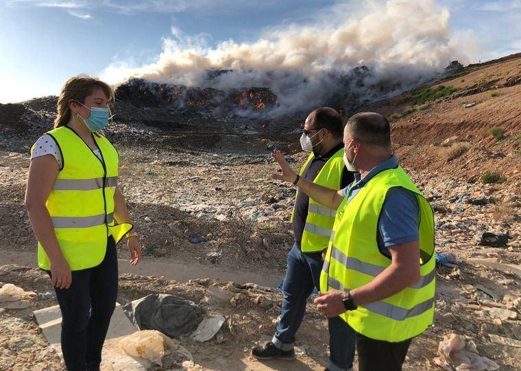 Un dispositivo de Bomberos de Albacete trabaja en la extinción de un incendio declarado en el vaso de vertido del Centro de Tratamiento de Residuos