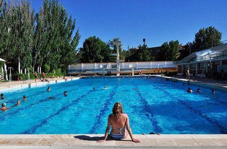 Las piscinas en Castilla-La Mancha respetarán el 75% de su capacidad asegurando distancia de seguridad fuera con señales en el suelo