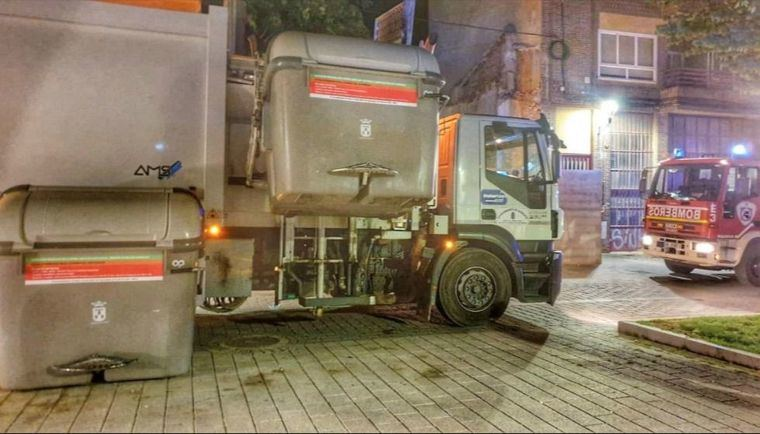 Una persona resultó herida al caer en la tolva del camión de la basura, tras haber sido volcada de un contenedor