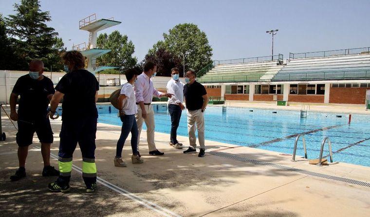 """El alcalde subraya el """"esfuerzo"""" realizado para abrir las piscinas de verano que verán reducido su aforo por la Covid-19 y pide a los usuarios corresponsabilidad"""