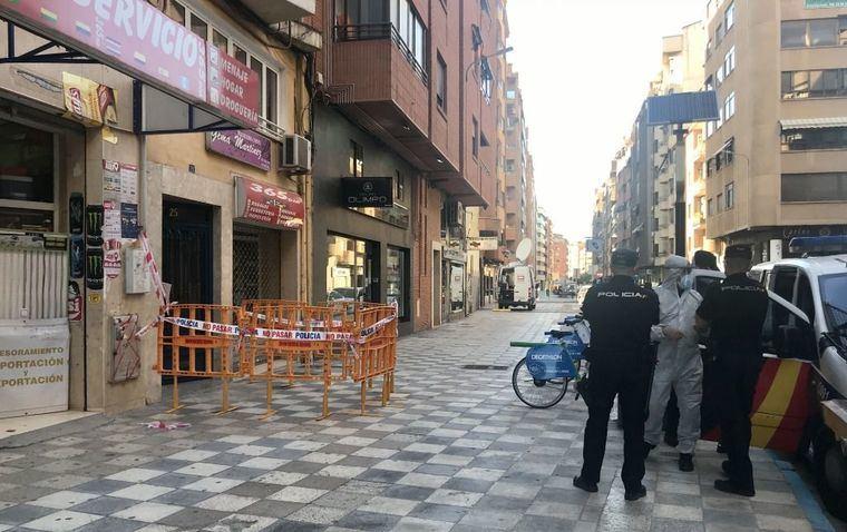 El Ayuntamiento de Albacete coloca un contenedor especial en el interior del portal del edificio confinado en calle Baños