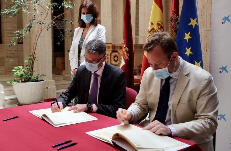 Foto: Convenio entre el Ayuntamiento de Albacete y MircroBank