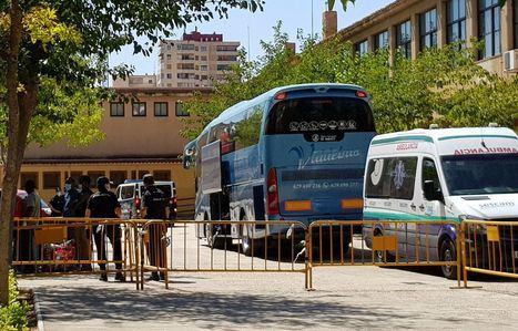 Los temporeros confinados hasta ahora en eI IFAB son trasladados a distintos pabellones de Albacete para poder controlar los contagios si los hubiera