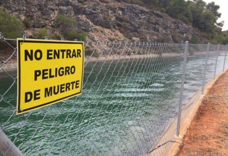 Sucesos.- Trasladan al hospital de Albacete a una mujer rescatada tras caer al canal del trasvase en Casas de Benítez
