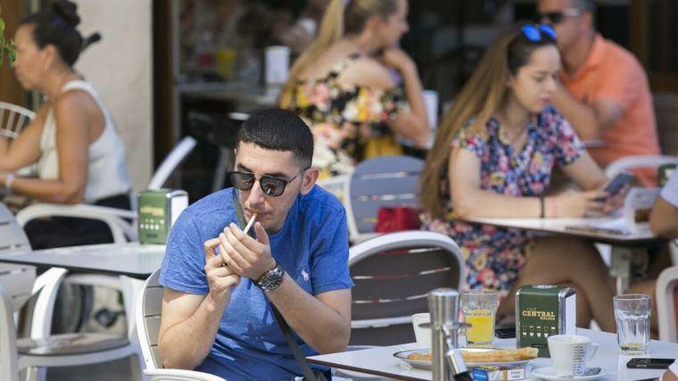 Increíble pero cierto: La justicia anula la orden de Madrid que prohíbe fumar en la calle y abrir las discotecas
