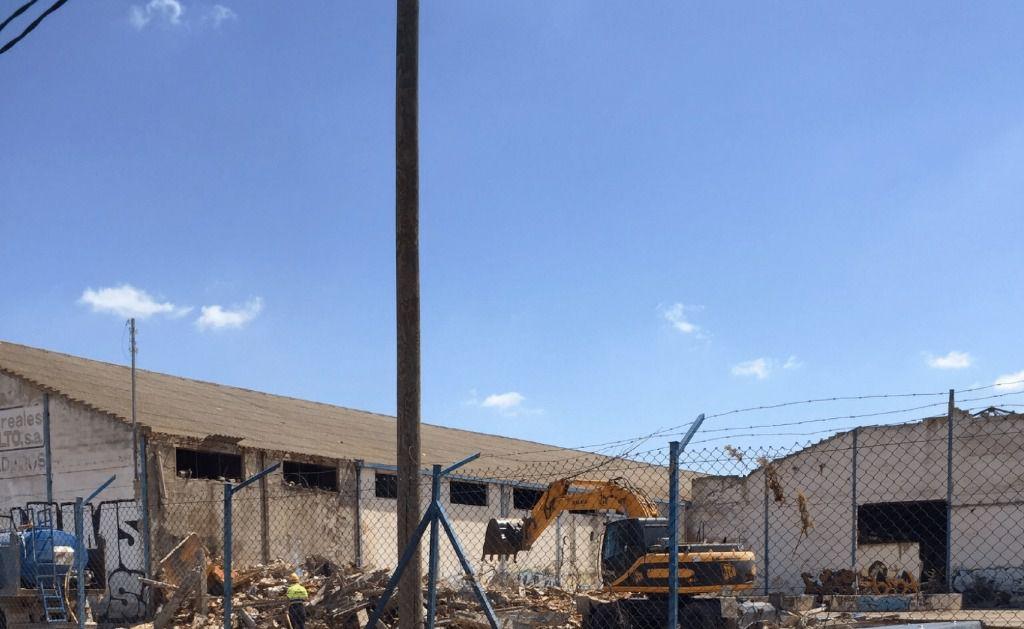 Ha comenzado en la carretera de las Peñas la demolición de las naves abandonadas que durante casi 20 años han utilizado los temporeros